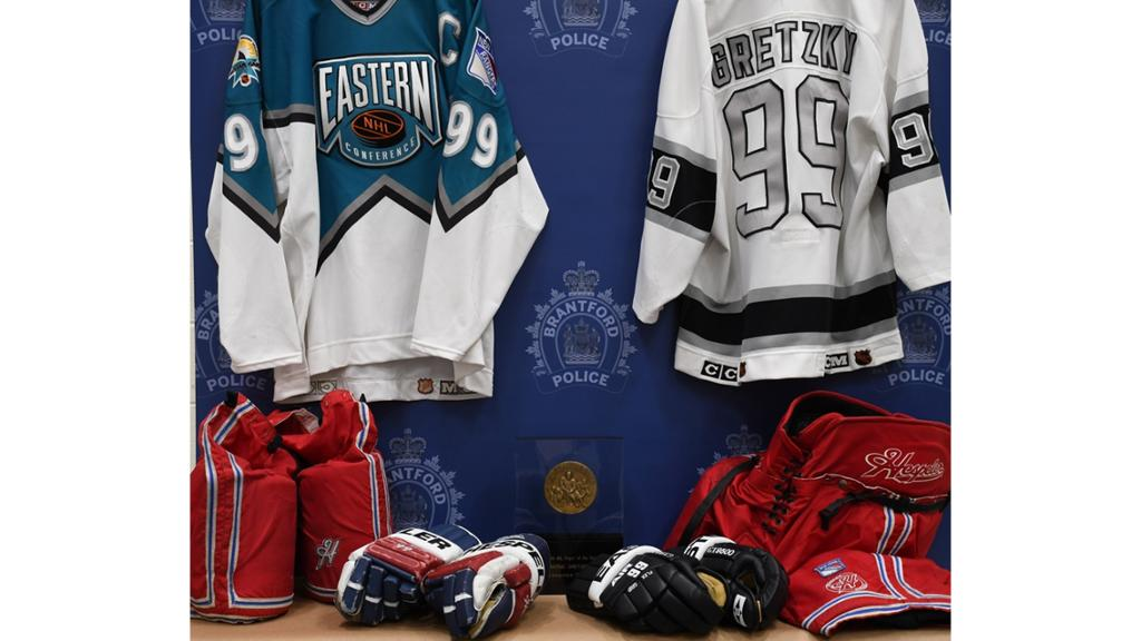 Wayne-Gretzky-Memorabilia-2 Police arrest morons who stole $500k worth of memorabilia from Wayne Gretzky's father Wayne Gretzky