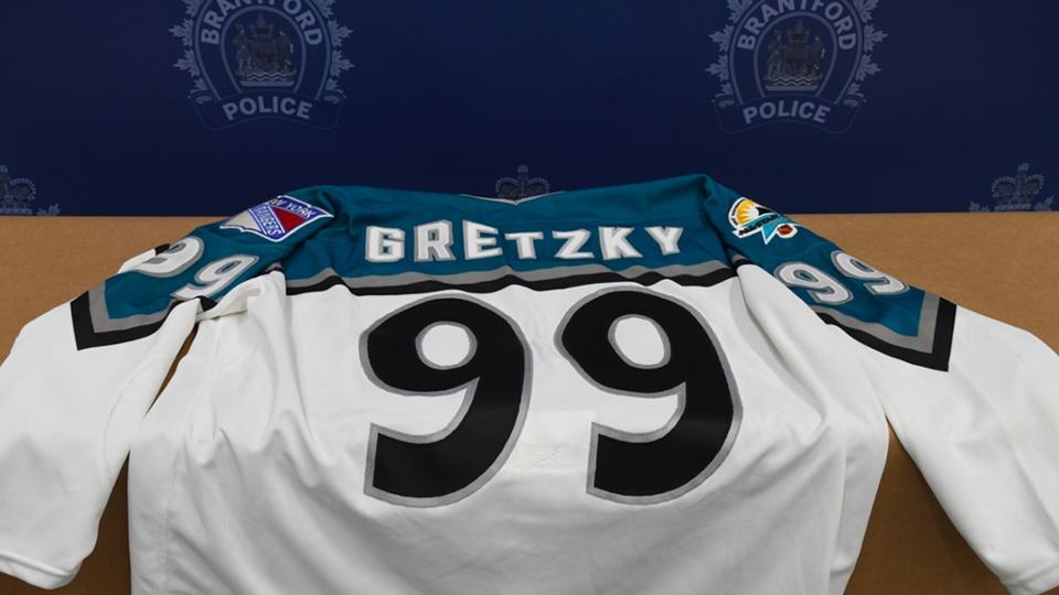 Wayne-Gretzky-Memorabilia Police arrest morons who stole $500k worth of memorabilia from Wayne Gretzky's father Wayne Gretzky